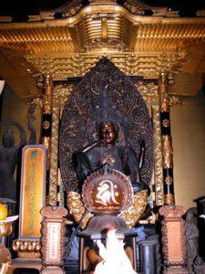 御前立の如意輪観音坐像