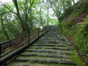 上り階段が続く