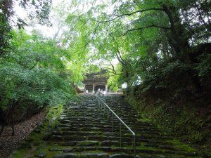 石段の上は楼門