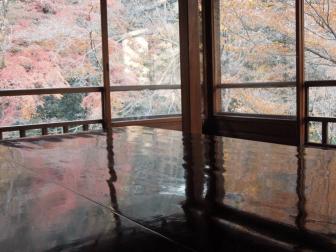 瑠璃光院のテーブルもみじ