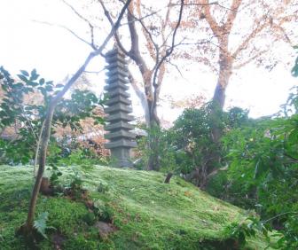 瑠璃光院の十三重石塔