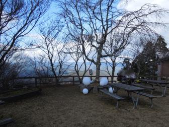 机とベンチ(叡山ケーブル・ケーブル比叡駅前)
