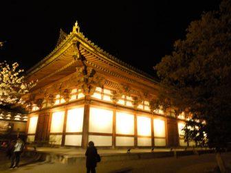 外側からのみ夜間拝観できる東寺の講堂