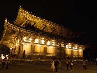 夜間拝観できる東寺の金堂
