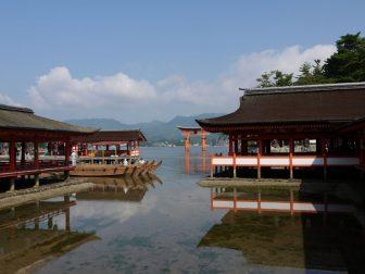 厳島神社の境内