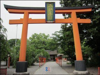 平野神社の鳥居と神門(画像奥)