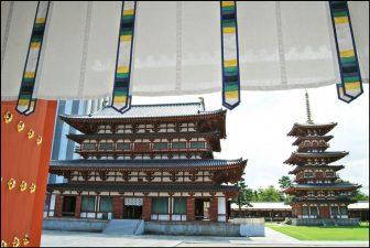 薬師寺金堂と西塔