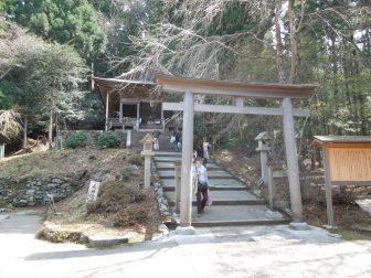 金峯神社の鳥居と拝殿