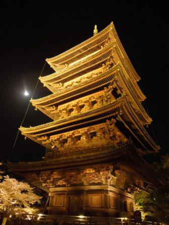 ライトアップされる東寺の五重塔