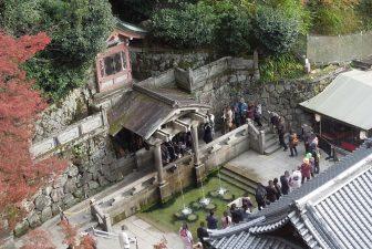 清水の舞台から見た音羽の滝(清水寺)