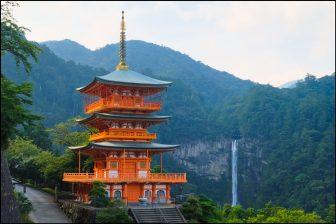 青岸渡寺の三重塔と那智の滝