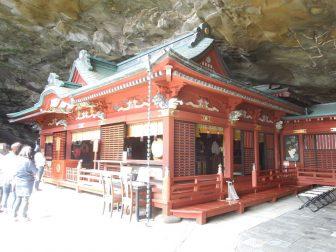 洞窟内にある鵜戸神宮の本殿