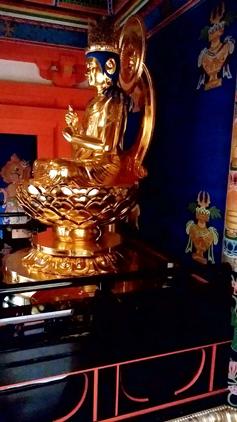 円成寺の多宝塔内部に安置される大日如来の模像