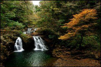 赤目四十八滝の荷担滝の紅葉