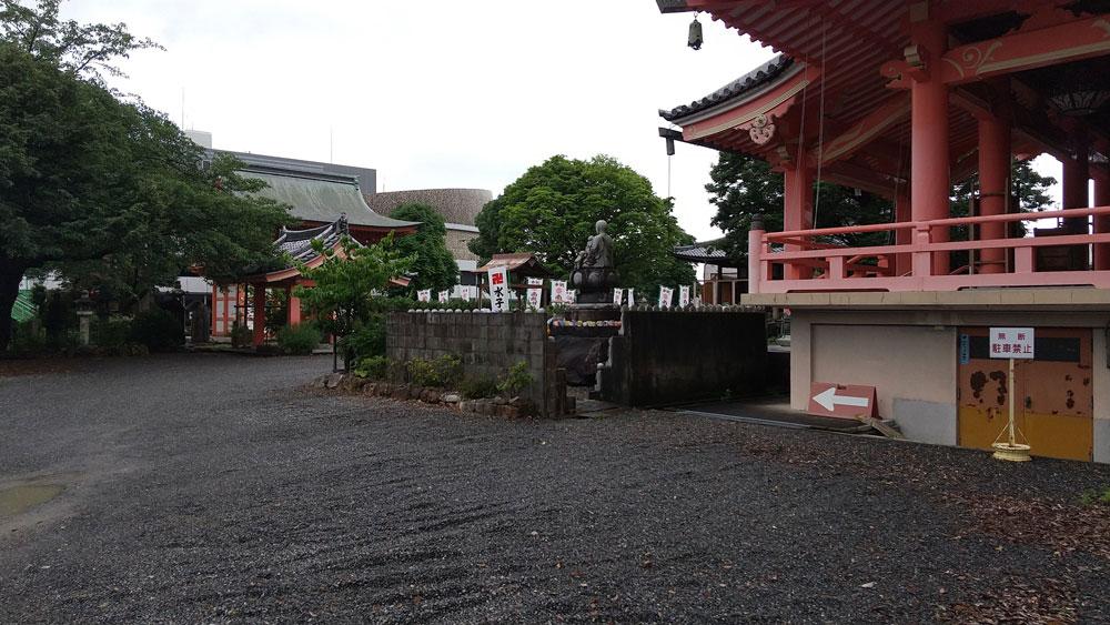 美江寺観音の駐車場